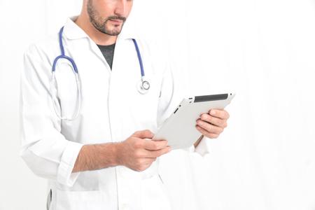 estudiantes medicina: Médico o estudiantes de medicina que usa la tableta digital de encontrar información historial médico del paciente en el hospital. concepto de la tecnología médica. Foto de archivo