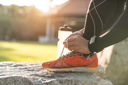 atarse los zapatos corredor masculino