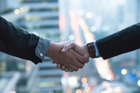 buen trato: sociedad de negocios concepto de la reunión. businessmans imagen del apretón de manos. El éxito de empresarios apretón de manos después buena oferta. Horizontal, fondo borroso