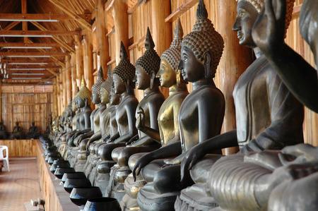limosna: Im�genes de Buda con limosnas Bowls de Monk Foto de archivo