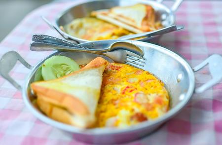 huevos estrellados: Desayuno, caf� caliente, t� caliente, pan frito huevos.