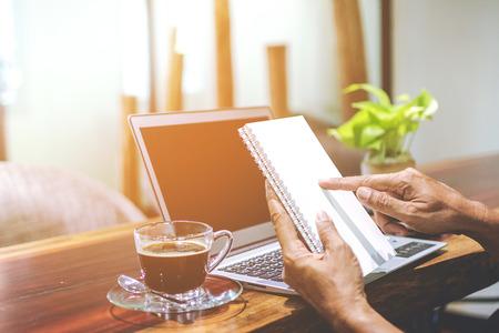 Joven empresario asiático trabajando en su computadora portátil. Economía digital.