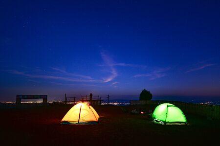 Camping orange tent at National Park in Northern,Thailand. 版權商用圖片 - 139701478