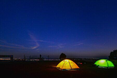 Camping orange tent at National Park in Northern,Thailand. 版權商用圖片 - 139701479