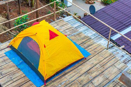 Camping orange tent at National Park in Northern,Thailand. 版權商用圖片 - 140938838