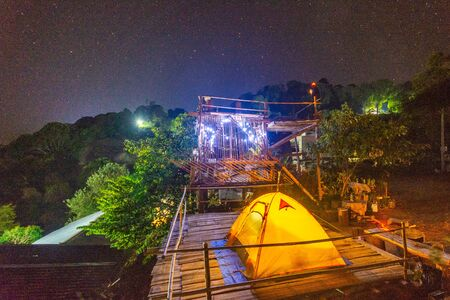 Camping orange tent at National Park in Northern,Thailand. 版權商用圖片 - 140938481