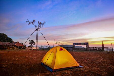 Camping orange tent at National Park in Northern,Thailand. 版權商用圖片 - 139687114