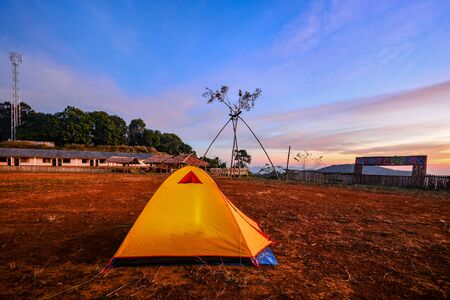 Camping orange tent at National Park in Northern,Thailand. 版權商用圖片 - 139687115