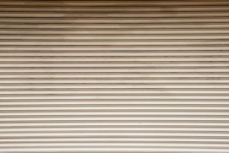 lineas rectas: líneas rectas en un obturador frente de la tienda