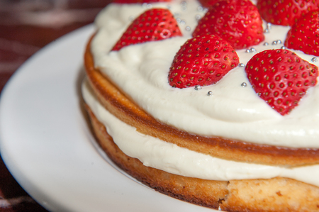 egoista: Close up of a home made fresh strawberry cream cake Foto de archivo