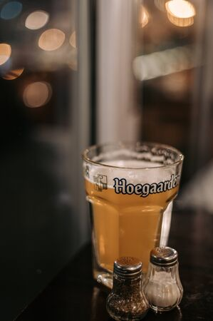 Journée internationale de la bière, verres de bière claire et brune sur fond de pub. Banque d'images