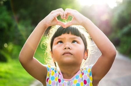 손을 통과하는 아이들의 모습 스톡 콘텐츠