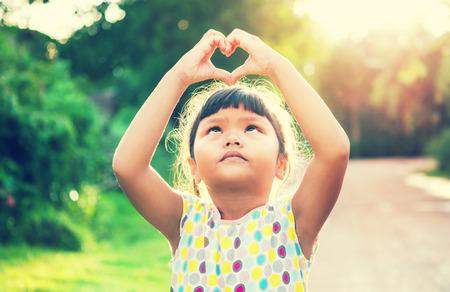 Kinder kümmern geben hand herz Standard-Bild