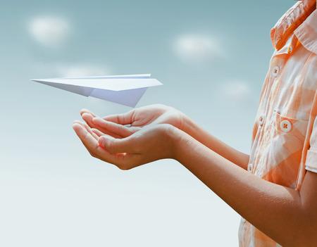 flucht: Schutz Flugzeug Papier Flüge Konzept