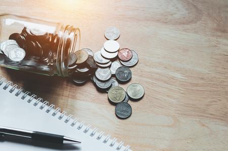 Concept geld besparen zakelijke financiën met pen en notitieboekje Stockfoto - 83545774