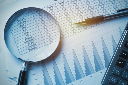 księgowość dokumentów biznesowych z kalkulatorem, długopisem i lupą. koncepcja finansowa