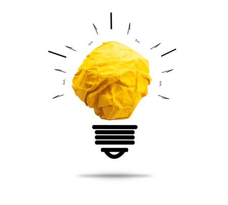 창의적인 아이디어 새로운 혁신을위한 흰색 배경에 종이 전구