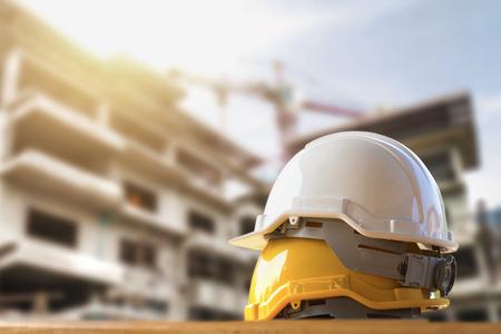Gelbe und weiße Sturzhelmsicherheit in der Baustelle