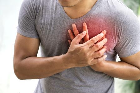 Un hombre que sufre un ataque al corazón. Concepto de salud Foto de archivo