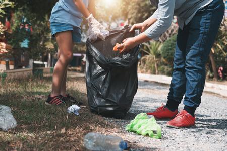 Mother and child help picking up trash at park Banque d'images - 117178566