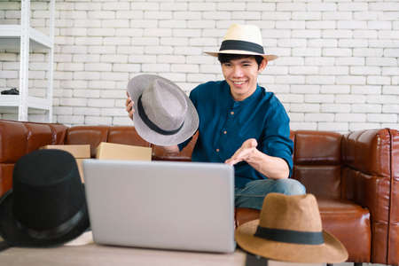 seller shows the hat to the customer through a video. Work at home Standard-Bild