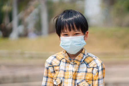 boy wearing a mask to prevent dust and viruses Standard-Bild