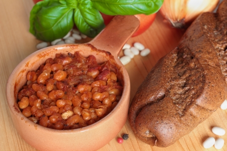 baked beans: Baked beans with tomatoes, basil and bread