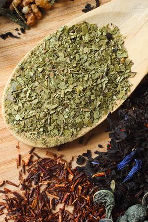yerba mate: Mate en cuchara de madera con rooibos, té pétalo verde y negro