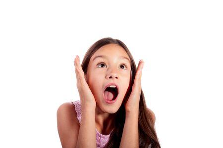 Portrait d'une adolescente surprise, excitée et choquée jusqu'à isolé sur fond blanc