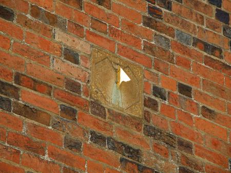 reloj de sol: reloj reloj de sol en la pared de ladrillo de la vendimia en Roskilde, Dinamarca