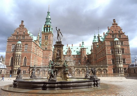 Castello di Frederiksborg, un'imponente architettura rinascimentale nella città di Hillerod, Danimarca
