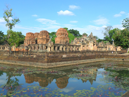 Reflections of Prasat Hin Muang Tam Shrine Complex on the Lotus Pond, Buriram Province, Thailand 免版税图像