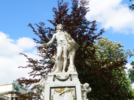 amadeus mozart: Statue of Wolfgang Amadeus Mozart in Burggarten, Vienna, Austria Stock Photo