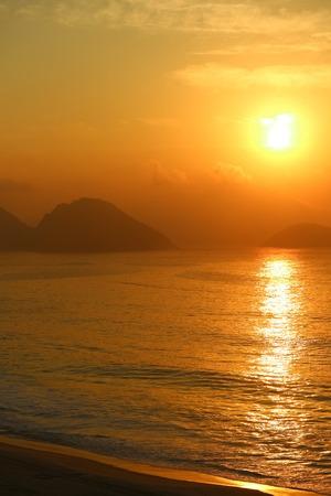 Vertical image of breathtaking sunrise over the Atlantic ocean view from Copacabana beach, Rio de Janeiro, Brazil 版權商用圖片 - 119590734