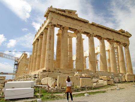 Weibliche Besucher, die Foto des antiken griechischen Tempels Parthenon auf dem Hügel der Akropolis, Athen, Griechenland? Standard-Bild