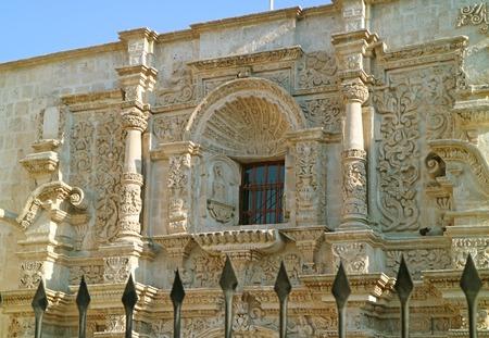 Atemberaubende Sillar Stone Carving Fassade der Kirche des Heiligen Augustinus in Arequipa, historische Stätte in Peru Standard-Bild