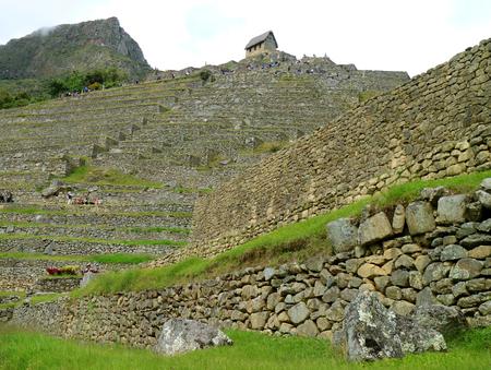 Large Group of People Visiting the Guard House at the Top of Machu Picchu Inca Citadel, Cusco, Urubamba, Peru Stockfoto - 122770774