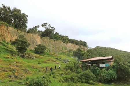 Visitors of Kuelap Ancient Citadel Hiking to the Mountaintop Archaeological Site, Amazonas Region, Northern Peru Banque d'images