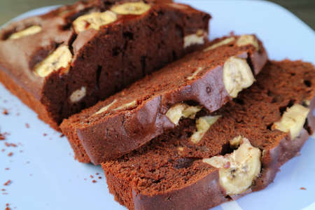 Closeup Slices of Mouthwatering Fresh Baked Homemade Wholemeal Chocolate Banana Cake 免版税图像