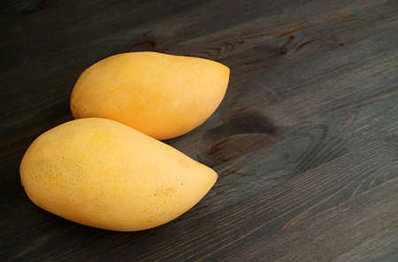 Pair of fresh ripe mango isolated on black 免版税图像