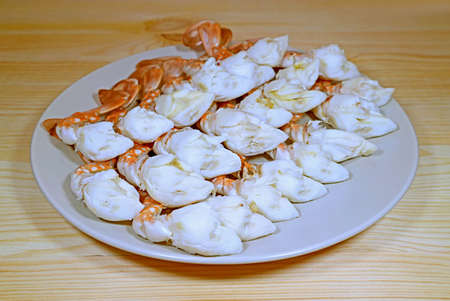 Plate of Delectable Steamed Flower Crab Legs Served on Wooden Table 免版税图像