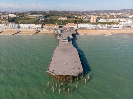 Aerial view of Hastings Pier 免版税图像 - 111490321