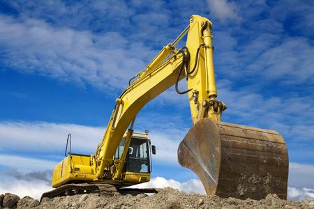 Yellow excavator work in blue sky Standard-Bild