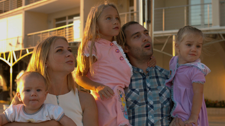 Happy family admiring the sunset in the hotel complex Stockfoto