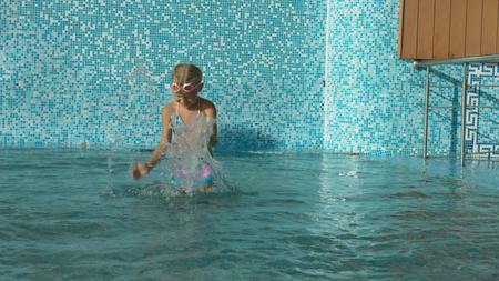 Two little girls having fun in the swimming pool Stockfoto