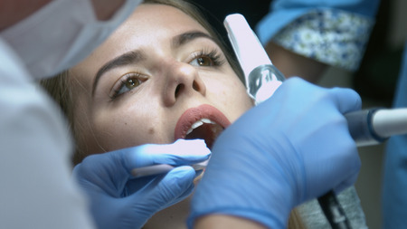 Beautiful girl on the examination by the doctor dentist Stockfoto