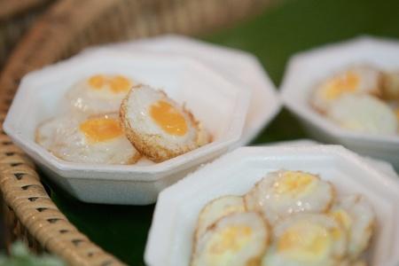 huevos de codorniz: Un tipo de cocci�n de los huevos de codorniz. Comer con salsa y pimienta.  Foto de archivo