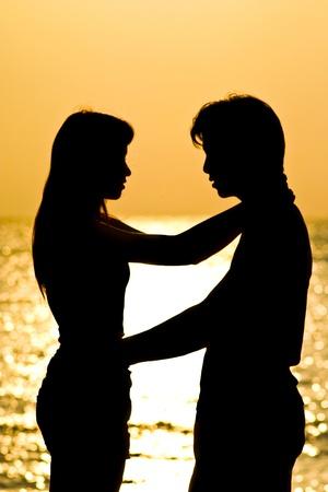 siluetas de enamorados: El disparo de huging amante, stading en la playa. Silueta de un disparo.