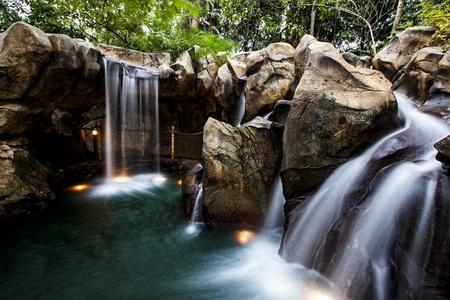 una cascada artificial en hong kong disneyland rocas artificiales cascadas y jardines en una zona - Cascadas Artificiales