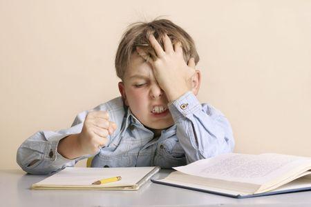 deberes: No puede hacerlo - un joven frustrada con su tarea o trabajo escolar  Foto de archivo